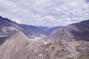 paisagem de montanha rochosa em shangri la, província de yunnan, china foto