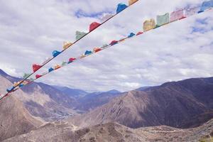 paisagem da bandeira da oração da montanha rochosa em Shangri la Yunnan, China foto