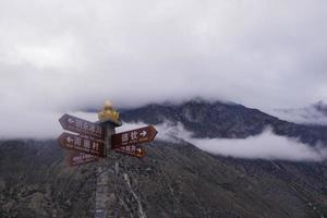 nuvem de montanha ao amanhecer em shangri la, província de yunnan, china foto