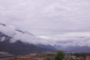 montanha de dia nublado na província de yunnan, china foto