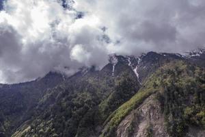 montanha cercada por uma paisagem de nuvens em Shangri la, Yannan, China foto