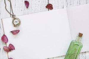 relógio, garrafa e pétalas com papel foto
