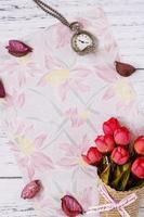 papel floral com flores e relógio foto