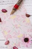 papel floral com flor e lápis foto