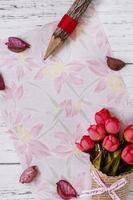 papel floral com flores e lápis foto