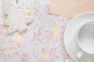 papel floral com uma árvore e café foto