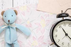 papel floral com um brinquedo e relógio foto