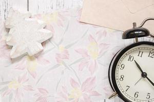 papel floral com uma árvore e um relógio foto