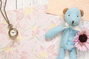 papel floral com relógio, flor e brinquedo foto