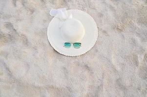 chapéus e óculos estão localizados nas praias do mar azul do mar foto