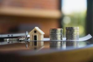 pilha de moedas de empréstimo imobiliário na mesa foto