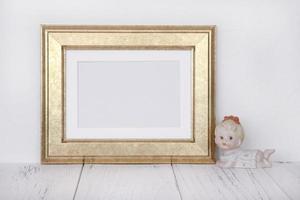 moldura dourada com bebê de cerâmica foto