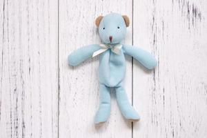 urso azul em madeira branca foto