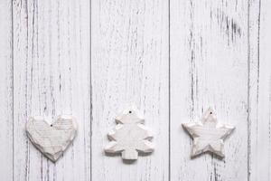 enfeites brancos em madeira branca foto