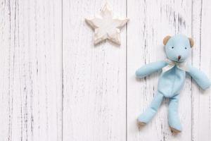 estrela e urso na madeira branca foto