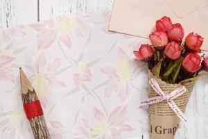 papel floral com lápis e flores foto