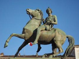 estátua em frente ao palazzo reale, que significa palácio real em turin, itália foto