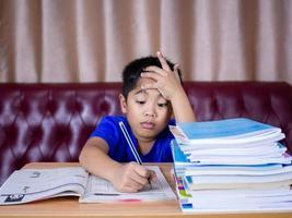 menino fazendo lição de casa. foto