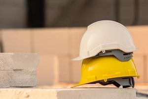 capacete no fundo da construção do local, capacete de segurança, dia do trabalho foto