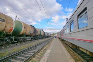 ferrovia de trem trans-sibéria e céu azul, Rússia foto