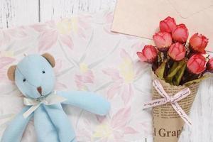 papel floral com urso e flores foto