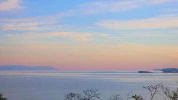 céu elegante em tons pastéis no lago baikal, ilha olkhon, rússia foto