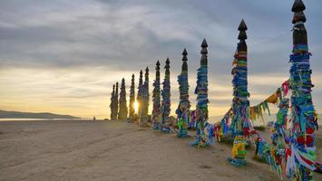 postagens de sarja na rocha xamã da ilha olkhon, vista da paisagem do pôr do sol do baikal foto