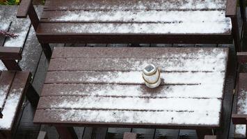 cadeiras de neve de inverno e decoração de garrafa de vidro foto