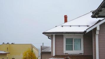 neve de inverno no telhado em Listvyanka, Rússia foto
