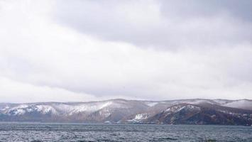 paisagem do lago baikal montanha de neve de inverno em listvyanka, rússia foto