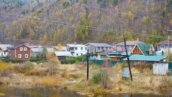 paisagem de inverno em aldeia de montanha em listvyanka, rússia foto