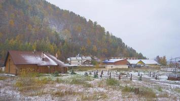 paisagem de inverno neve montanha aldeia em listvyanka rússia foto