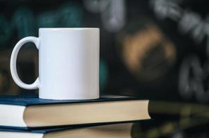 copo nos livros em sala de aula foto