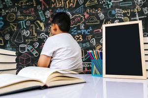 criança senta com as costas na sala de aula foto