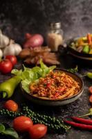 mexa a pasta de curry frito com broto de bambu e carne de porco picada. foto