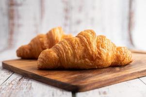 croissants em uma tábua de madeira. foco seletivo. foto