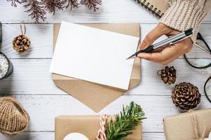 uma mão segurando uma caneta para escrever em uma prancheta foi colocada foto
