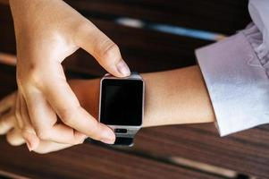 relógio inteligente no pulso foto