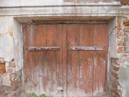 retro vintage velho parede de tijolos quebrados porta de madeira foto