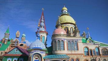 templo de todas as religiões e dia ensolarado de céu azul na Rússia de Kazan foto