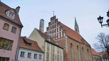 famosa paisagem da arquitetura na cidade velha de riga na letônia foto