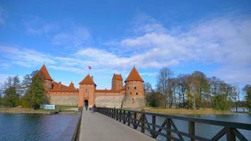castelo trakai e ponte de madeira antes dos portões, lituânia foto