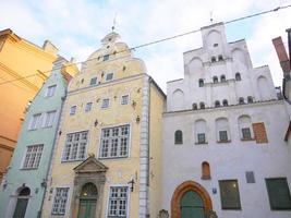 arquitetura os três irmãos na cidade velha da letônia riga foto