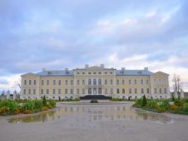 paisagem do jardim do palácio rundale na letônia foto