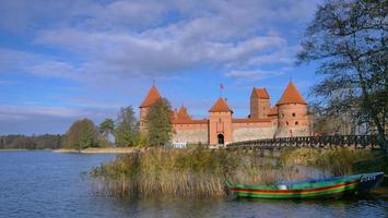 Ponte de madeira antes dos portões do castelo de Trakai, Lituânia foto