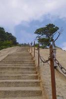 escada íngreme no sagrado monte taoísta de montanha huashan, China foto