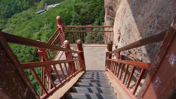 escada do complexo templo-caverna maijishan na cidade de tianshui, gansu china foto