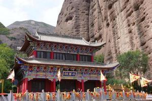cavernas com cortina de água do templo chinês em tianshui wushan, gansu china foto