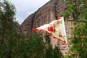 tianshui wushan cavernas com cortina de água, gansu china foto