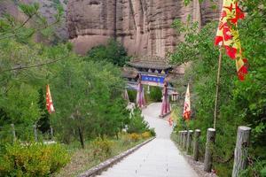 arco chinês e escada em tianshui wushan cortina de água da caverna china foto